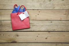 Pequeño bolso en fondo de madera Fotografía de archivo
