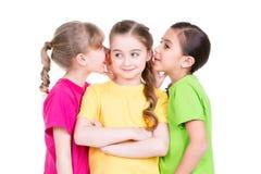 Pequeño chisme sonriente lindo de la muchacha tres. Imágenes de archivo libres de regalías