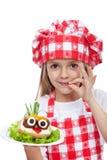 Pequeño cocinero con la comida creativa Foto de archivo libre de regalías