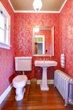 Pequeño cuarto de baño de lujo del rojo y del oro Imagen de archivo libre de regalías
