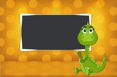 Pequeño dinosaurio con la pizarra de la escuela Fotos de archivo libres de regalías