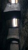 Pequeño estrecho de la calle en ciudad medieval Callejón del estrecho con las paredes de piedra Backstreet oscuro Misterioso la c Foto de archivo