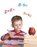 Pequeño estudiante que aprende matemáticas Foto de archivo libre de regalías