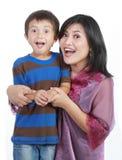 Pequeño hijo con su madre bonita Imagen de archivo