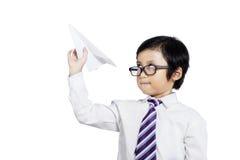 Pequeño hombre de negocios que sostiene los aviones de papel Imagen de archivo