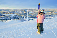 Pequeño muchacha-esquiador en la colina Imagen de archivo