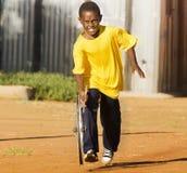Pequeño muchacho del muchacho que juega con la rueda Imagen de archivo