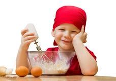 Pequeño muchacho en cocina con la empanada de la hornada, aislada Imagen de archivo