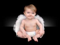 Pequeño ángel feliz del bebé con las alas Imagen de archivo