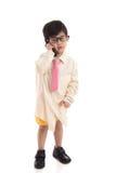 Pequeño niño asiático que finge ser hombre de negocios Imágenes de archivo libres de regalías