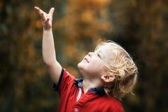 Pequeño niño en luz del sol del otoño Imagenes de archivo