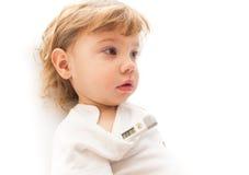 Pequeño niño enfermo con el termómetro electrónico Imagen de archivo