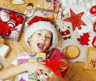 Pequeño niño lindo en el sombrero rojo de santas con hecho a mano Foto de archivo libre de regalías