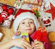 Pequeño niño lindo en el sombrero rojo de santas con hecho a mano Fotografía de archivo libre de regalías