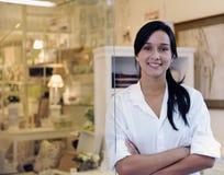 Pequeño propietario de negocio: mujer orgullosa y su almacén Foto de archivo