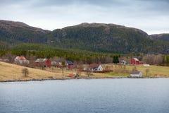 Pequeño pueblo noruego, casas de madera y graneros Fotografía de archivo libre de regalías