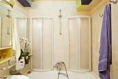 Pequeño regar-baño moderno con el regar-cubículo Foto de archivo