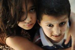 Pequeños hermano y hermana sucios, pobreza Fotografía de archivo