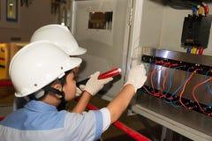 Pequeños ingenieros eléctricos Imagen de archivo