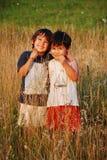Pequeños niños felices en hierba Fotos de archivo libres de regalías