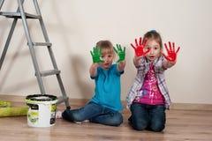 Pequeños pintores de casas con las manos sucias Fotos de archivo