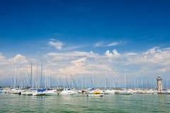Pequeños yates en puerto en Desenzano, lago Garda, Italia Fotografía de archivo libre de regalías