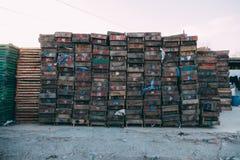 Pequim, China - 21 de dezembro de 2014: maciço colorido das caixas empilhado em páletes de madeira em um mercado II foto de stock