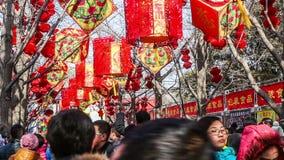 Pequim, China 2 de fevereiro de 2014: mil dos povos têm o divertimento na feira do templo no parque de Ditan durante o festival d filme