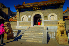 PEQUIM, CHINA - 29 DE JANEIRO DE 2017: Andando ao redor no Grande Muralha impressionante, os templos pequenos, estátuas e compram Imagens de Stock