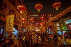 PEQUIM, CHINA - 29 DE JANEIRO DE 2017: Povos que andam em torno das ruas encantadores com os restaurantes pequenos, tradicionais Fotografia de Stock
