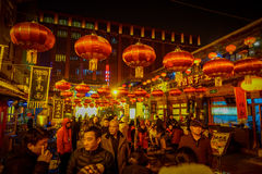 PEQUIM, CHINA - 29 DE JANEIRO DE 2017: Povos que andam em torno das ruas encantadores com os restaurantes pequenos, tradicionais Imagens de Stock