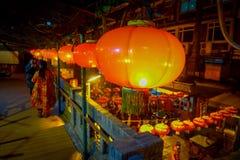 PEQUIM, CHINA - 29 DE JANEIRO DE 2017: Povos que andam em torno das ruas encantadores com os restaurantes pequenos, tradicionais Imagem de Stock