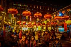 PEQUIM, CHINA - 29 DE JANEIRO DE 2017: Povos que andam em torno das ruas encantadores com os restaurantes pequenos, tradicionais Fotografia de Stock Royalty Free