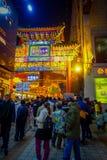 PEQUIM, CHINA - 29 DE JANEIRO DE 2017: Povos que andam em torno das ruas encantadores com os restaurantes pequenos, tradicionais Fotos de Stock Royalty Free