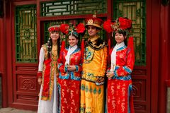 Pequim China - 7 de junho de 2018: Os turistas chineses em trajes nacionais são fotografados no pavilhão na Cidade Proibida foto de stock royalty free
