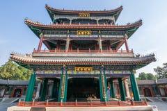 Pequim, China - 25 de maio de 2018: A ideia icónica da fase grande do teatro de Deheyuan no jardim da virtude e da harmonia no ve fotografia de stock