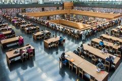 Pequim, China - 26 de março de 2017: Ideia de ângulo larga da sala de leitura principal da biblioteca de China nacional fotos de stock royalty free