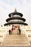 PEQUIM, CHINA - 11 DE NOVEMBRO DE 2016: Os turistas visitam e tomam fotos durante o dia nebuloso do Templo do Céu no Pequim, Chin Imagem de Stock Royalty Free