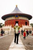 PEQUIM, CHINA - 11 DE NOVEMBRO DE 2016: Os turistas visitam e tomam fotos durante o dia nebuloso do Templo do Céu no Pequim, Chin Imagem de Stock