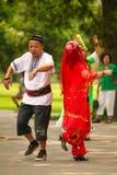 Pequim, China 07 06 Mulher 2018 na dança vermelha do homem do vestido e do bigode no parque fotografia de stock