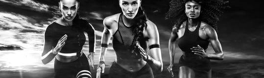 Pequim, foto preto e branco de China Um velocista forte atlético, das mulheres, vestir exterior de corrida no sportswear, uma apt imagem de stock royalty free