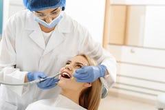 Perçage d'odontologiste dans la bouche du client Image libre de droits