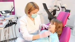Perçage de dentiste avec le foreur banque de vidéos