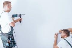 Perçage de travailleur d'équipage de rénovation photo stock