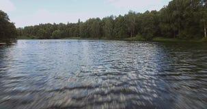 Período acima da superfície da água acima do rio vídeos de arquivo