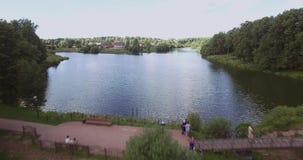 Período acima da superfície da água acima do rio Mosca no helicóptero filme