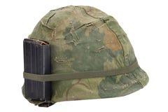 Período da guerra do vietname do capacete do exército dos EUA com tampa da camuflagem, compartimento com a munição isolada fotos de stock royalty free
