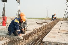 Período da ponte da montagem dos trabalhadores Imagens de Stock