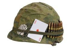 Período de la guerra de Vietnam del casco del Ejército de los EE. UU. con la cubierta del camuflaje y correa de la munición, plac imagenes de archivo
