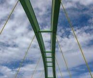 Período de uma ponte arqueada contra um céu azul com nuvens imagens de stock royalty free